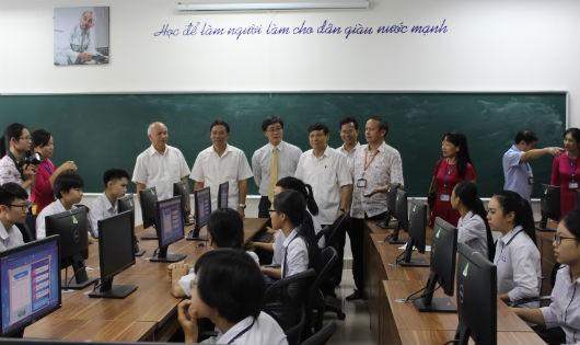 Thứ trưởng Nguyễn Khánh Ngọc tham quan phòng máy Trường THPT chuyên Bắc Ninh