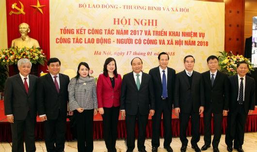 Thủ tướng chụp ảnh lưu niệm với  lãnh đạo Bộ LĐTBXH và các đại biểu dự Hội nghị