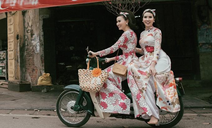 Cặp song sinh Huyền Thư - Thư Huyền hoá Cô ba Sài Gòn
