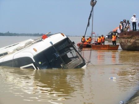 Chiếc xe khách đã được trục vớt vào ngày 21/10