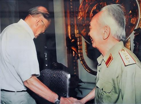 2.Đại tướng tiếp Cựu Bộ trưởng Quốc phòng Mỹ McNamara tại Nhà khách Chính phủ (1997)