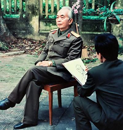 Thượng tá, họa sỹ Lê Duy Ứng vẽ chân dung Đại tướng