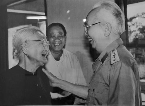 Đại tướng và bà mẹ Việt Nam anh hùng Võ Thị Hồi (1996)