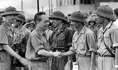 Đại tướng đến thăm Bộ chỉ huy quân sự tỉnh Thừa Thiên Huế. Thiếu tướng Lê Nam Khánh đang giới thiệu với Đại tướng về các cán bộ của Bộ chỉ huy quân sự tỉnh tháng 4-1976