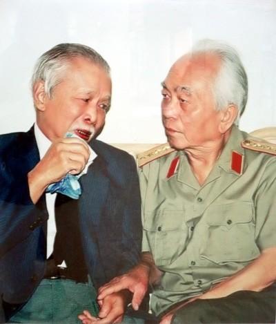 Đại tướng lắng nghe ông Năm Được (Nguyễn Văn Được) nguyên Chủ tịch Ủy ban kháng chiến hành chính tỉnh Bà Rịa-Vũng Tàu thời kỳ 1946-1952, kể về cuộc chiến đấu gian khổ trong những năm kháng chiến chống Pháp.