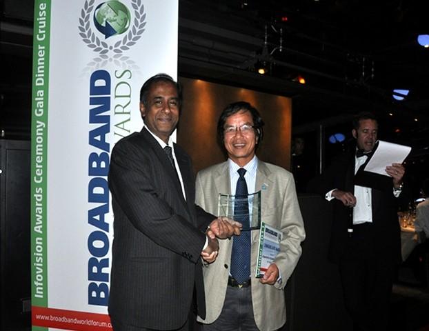"""Đại diện Ban tổ chức Giải thưởng Băng rộng Thế giới 2011 trao Giải """"Băng rộng thay đổi cuộc sống"""" cho đại diện VNPT"""