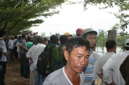 Người dân hiếu kỳ xem thợ lặn tìm thi thể nạn nhân.