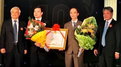 Chủ tịch Quốc hội Uông Chu Lưu, Bộ trưởng Bộ Tư pháp Hà Hùng Cường cùng lãnh đạo SMiC tại Lễ đón nhận bằng khen của Thủ tướng Chính Phủ