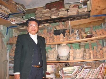 Ông Nguyễn Khắc Bảo bên gia tài hàng nghìn pho tượng đất nung của mình.