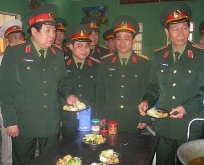 Đại tướng Phùng Quang Thanh kiểm tra khẩu phần ăn của chiến sĩ Trung đoàn 692,  Sư đoàn 301, BTL Thủ đô Hà Nội