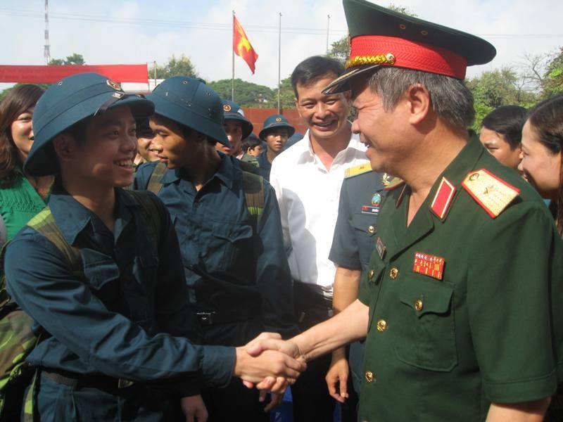 Thiếu tướng Phí Quốc Tuấn-Tư lệnh BTL Thủ đô Hà Nội - động viên thanh niên quận Hà Đông lên đường nhập ngũ