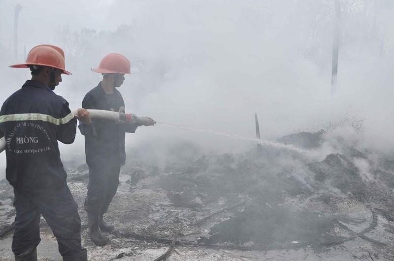 Chiến sĩ PCCC tiếp cận, khống chế hỏa hoạn