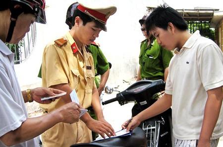 CSGT Công an tỉnh Nam Định xử phạt đối tượng vi phạm.