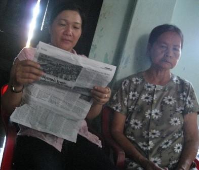 Bà nội Quang (phải) tỏ vẻ lo lắng cho cháu trong khi mẹ của Quang vẫn dửng dưng như tin chắc rằng con mình không thể làm chuyện đó.