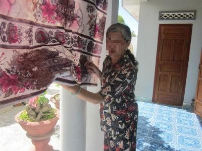 Bà Sa diễn tả lại hành động Việt chặt cột