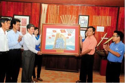 """Đại diện Đoàn Thanh niên VNPT trao tặng Bức tranh ghép tem """"Đội Hoàng Sa kiêm quản Bắc Hải"""" cho đại diện Huyện đảo Lý Sơn"""