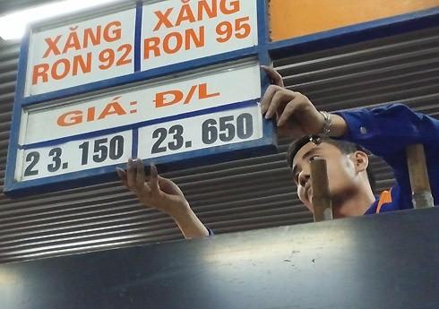 Giá xăng RON 92 giảm 500 đồng một lít từ 18h ngày 11/11.