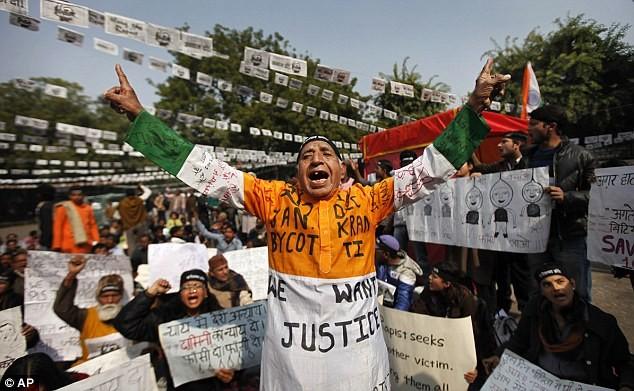 Người Ấn Độ biểu tình phản đối các vụ hiếp dâm. Ảnh: Dailymail