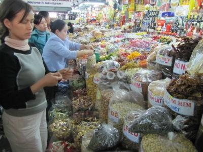 Bánh, mứt, kẹo ngoại đang được khách hàng chọn mua nhiều  trong năm nay (ảnh chụp tại chợ Hàn)
