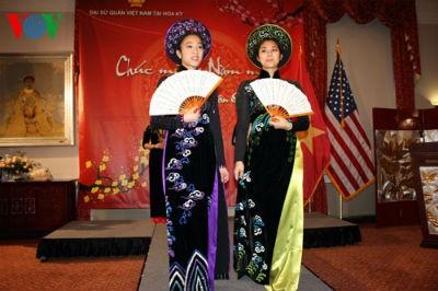 Trình diễn áo dài Việt Nam trong buổi gặp mặt mừng Xuân mới Quý Tỵ của người Việt Nam tại Mỹ