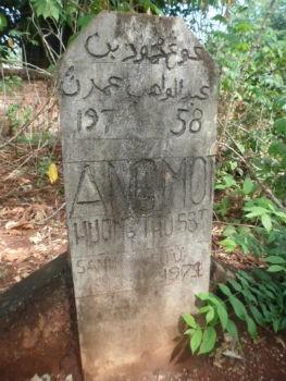 Khu mộ người Chăm hoang phế