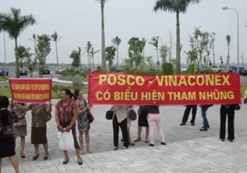 """Hàng loạt băng rôn đỏ với những dòng chữ """"Khách hàng Splendora kiến nghị  chủ đầu tư"""", """"Yêu cầu Posco - Vinaconex trả lại công bằng cho dân"""" được khách  hàng trưng lên ngay Ban Quản lý dự án, hoặc kéo đến trụ sở trên đường Láng Hạ  của Vinaconex"""
