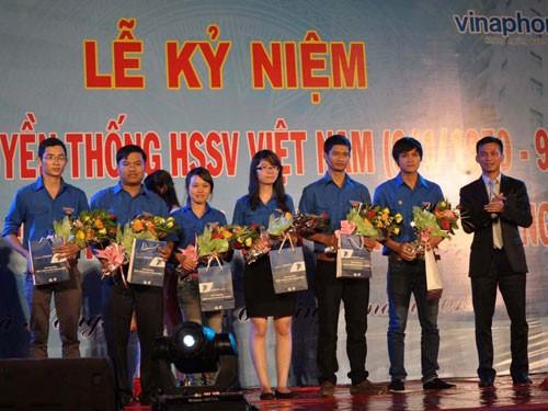 Anh Nguyễn Bá Cảnh (ngoài cùng bên phải) trao học bổng cho sinh viên