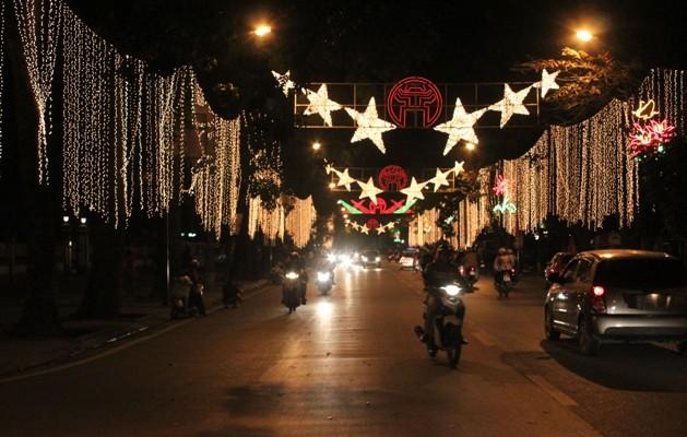 Tuy chưa đến Tết nhưng đường Điện Biên Phủ đã lộng lẫy bởi những chùm đèn rực rỡ
