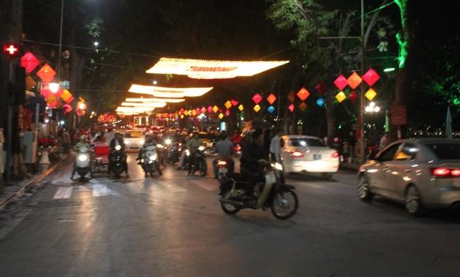 Tại ngã tư Tràng Thi - Tràng Tiền bỗng trở nên rực rỡ bởi những đèn lồng hình thoi treo dọc bên đường