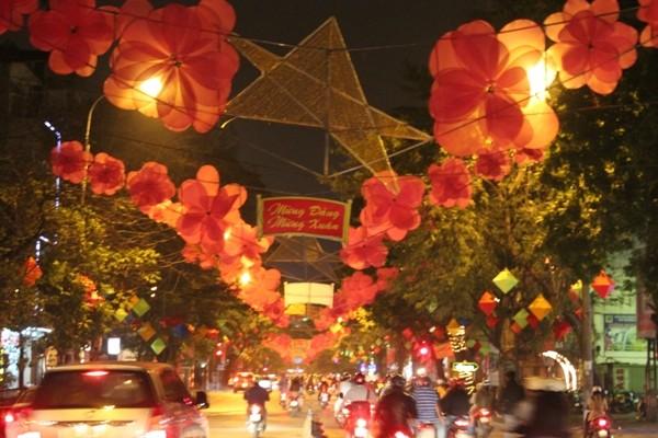 Tuyến phố Bà Triệu cũng lộng lãy những bông hoa đào đỏ thắm