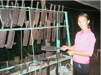 Từ km30 – 33 thuộc QL3 qua xã Phúc Sen có dến 20 ô lán bán các loại dao, búa, sản phẩm nông cụ của người Nùng An.