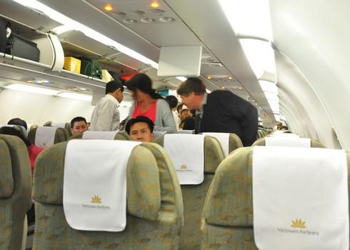 Hành khách nên cẩn thận với hành lý xách tay của mình khi lên máy bay.