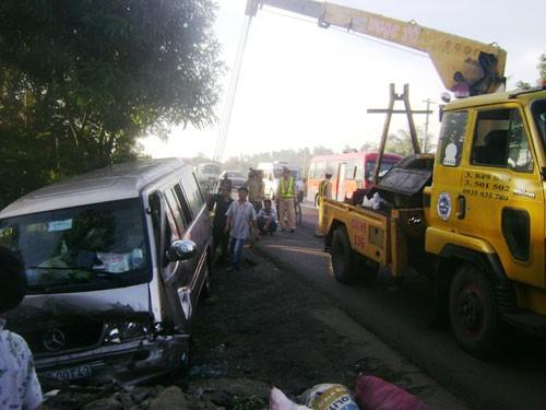 Lực lượng cứu hộ di dời xe khỏi hiện trường vụ tai nạn