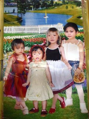 Bé gái bị mất tích (thứ 3 từ trái sang)
