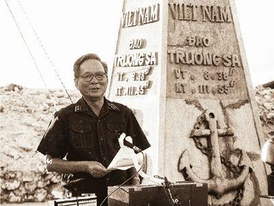 Đại tướng Lê Đức Anh trong buổi lễ ngày 7/5/1988 tại đảo Trường Sa Lớn (Ảnh: Nguyễn Viết Thái)