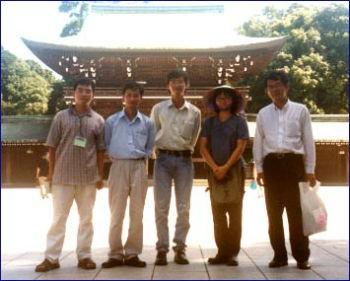 Đội Telematics, phóng viên Nhật Hoa và thầy Huỳnh Văn Kiểm tại Tokyo (Nhật Bản) năm 2002