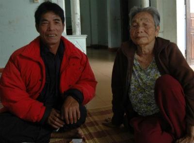 Ngư dân Nguyễn Phù và mẹ