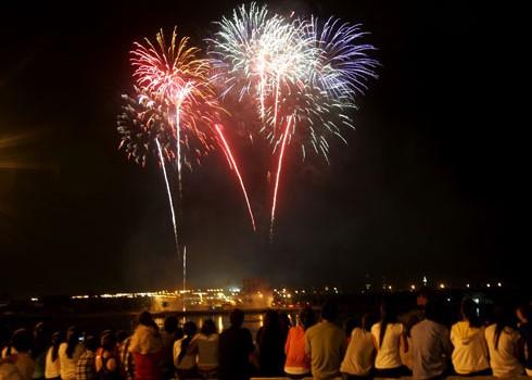 Nếu ngắm pháo hoa ngoài trời miễn phí thì dịch vụ tiệc tùng xem pháo hoa trên các cao ốc, nhà hàng, quán bar, cà phê hạng sang lên đến vài triệu đồng.