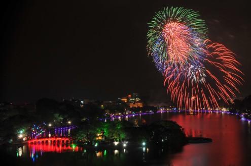 Pháo hoa rực rỡ tại Hồ Gươm, Hà Nội.
