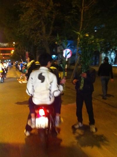 Sau khi pháo hoa kết thúc, mọi người cùng nhau mua những cây lộc, túi lộc về nhà