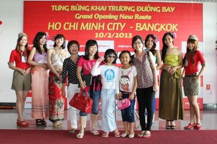 Các thiếu nữ xinh đẹp trong trang phục Thái Lan chào đón hành khách với những nụ cười
