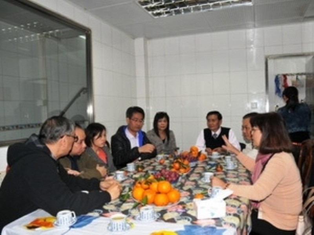 Tổng Lãnh sự Nguyễn Thị Nhã (phải) làm việc với lãnh đạo Hiệp Hội Môi giới Lao động Nước ngoài tại Macau.