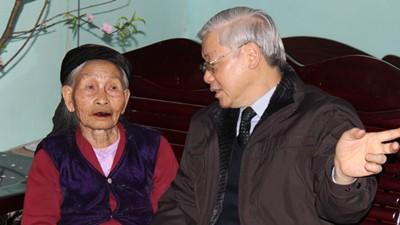 Tổng Bí thư Nguyễn Phú chúc Tết cụ Kiều Thị Xe. Ảnh: VOV