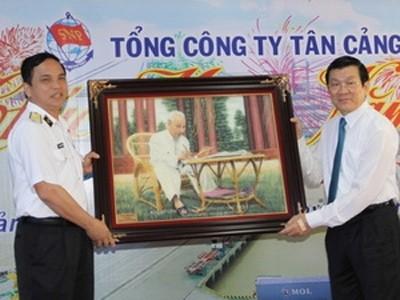 Chủ tịch nước Trương Tấn Sang tặng quà cho cán bộ chiến sỹ của Tổng công ty Tân Cảng Sài Gòn.