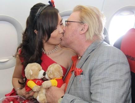 Một cặp đôi thể hiện nụ hôn nồng cháy trên chuyến bay tình yêu của VJA