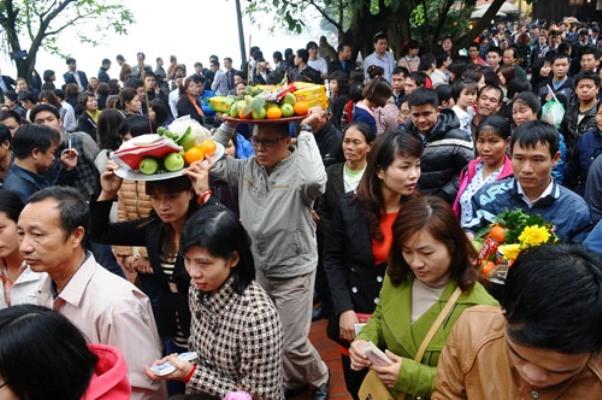 Mọi người chen nhau để đi lễ, từ những người đi lễ đơn giản cho đến những mâm lễ được chuẩn bị chu đáo