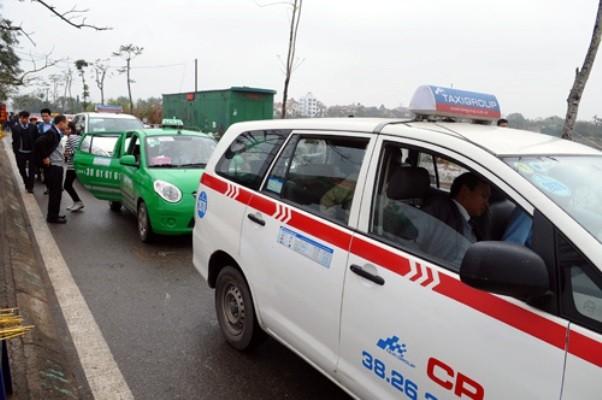 Taxi xếp một hàng dài gây ùn tắc để đưa đón khách đi phủ