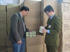 Cơ quan Quản lý thị trường đồng loạt kiểm tra các sản phẩm sữa dê tại trụ sở công ty TNHH Mạnh Cầm (Ảnh: Đức Duy/Vietnam+)