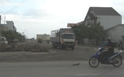 Người dân dùng  chướng ngại vật chắn  ngang đầu đường Điện  Biên Phủ để hạn chế  các phương tiện ô tô  tải lưu thông qua lại