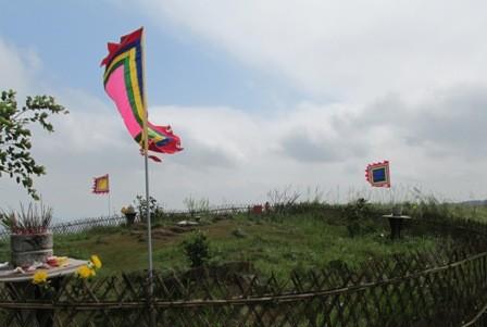 Đường lên Ngàn Nưa đã được mở rộng, ô tô vẫn thường xuyên chở du khách lên chiêm bái đền Bà Triệu và Huyệt đạo quốc gia